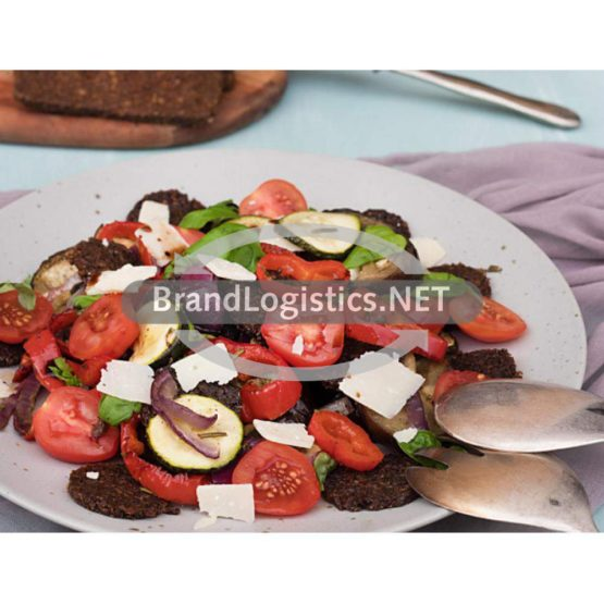 Ratatouille-Salat mit Pumpernickel-Brotchips