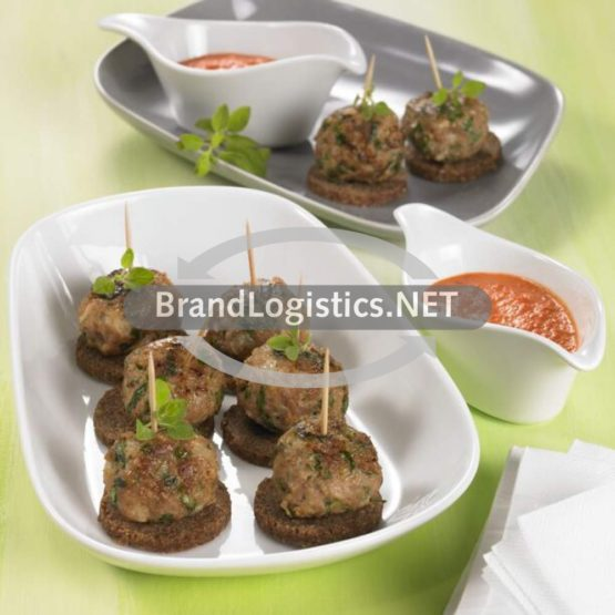 Albondigas (Fleischbällchen) mit runden Vollkornbrotscheiben und Paprikacreme