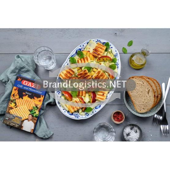 Zucchinisalat mit gebratenen Nektarinen und Grillkäse