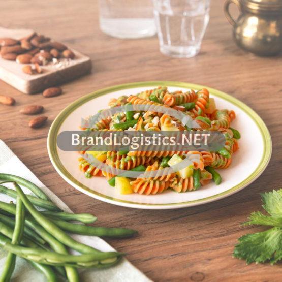 """Rote Linsen Fusilli """"alla Ligure"""" mit Sellerie-Pesto, grünen Bohnen und Mandeln"""
